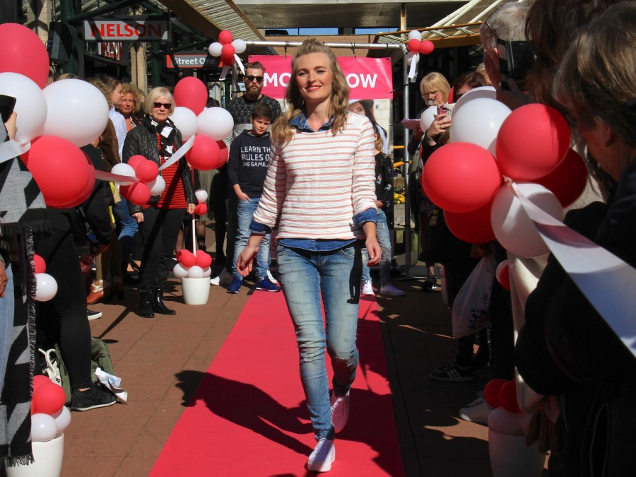 Modeshow in Dorpshart Lisse.